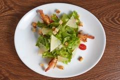 炸虾沙拉用乳酪、油煎方型小面包片和西红柿 库存照片