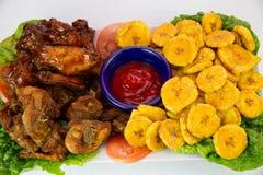 炸鸡和大蕉盛肉盘 免版税图库摄影