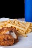 炸鸡和油煎的土豆在板材和软饮料 免版税图库摄影