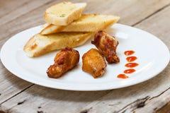 炸鸡和蒜味面包。 免版税库存照片