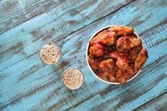 炸鸡在纸桶飞过用储藏啤酒 库存图片