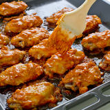 炸鸡新奥尔良 甜和辣在准备服务的盘子 免版税库存照片