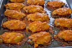 炸鸡新奥尔良 甜和辣在准备服务的盘子 库存图片