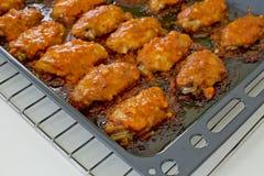 炸鸡新奥尔良 甜和辣在准备服务的盘子 免版税库存图片