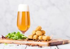 炸鸡玉米花用新鲜的沙拉和啤酒 库存照片
