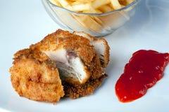炸鸡用土豆和辣味番茄酱 免版税库存图片