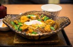 炸鸡用在大酱汤服务的鸡蛋在热的石碗 免版税库存图片