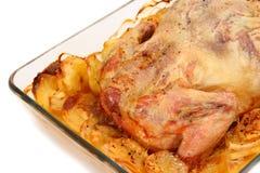 炸鸡用在玻璃烤盘特写镜头的土豆 免版税库存照片