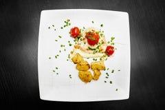 炸鸡用蕃茄和土豆 免版税库存照片