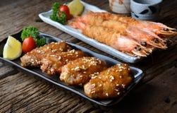 炸鸡翼和虾用辣调味汁在日本styl 免版税库存图片