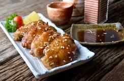 炸鸡翼用在日本tebasaki样式的辣调味汁 图库摄影