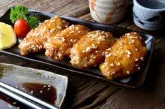 炸鸡翼用在日本tebasaki样式的辣调味汁 库存图片