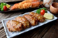 炸鸡翼用在日本tebasaki样式的辣调味汁 库存照片