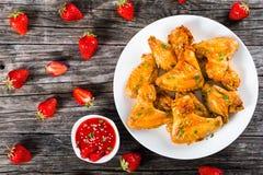 炸鸡飞过用草莓调味汁,顶视图 免版税库存图片