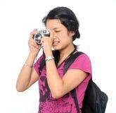 点击她的照片游人的照相机 免版税库存照片