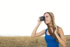 点击接近的女孩的照相机  免版税库存照片