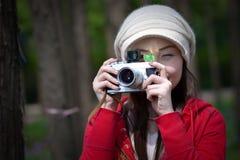 点击接近的女孩的照相机  免版税库存图片
