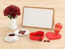 点心、咖啡、苹果、花和whiteboard在明亮的木头 免版税库存图片