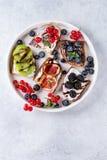 点心三明治用莓果 图库摄影