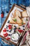 点心三明治用莓果 免版税图库摄影