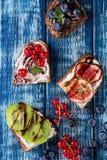 点心三明治用莓果 库存照片