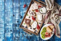 点心三明治用莓果 免版税库存照片