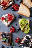 点心三明治用莓果 库存图片