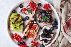 点心三明治用莓果 免版税库存图片