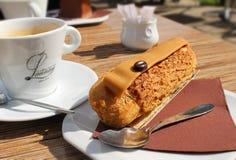 点心和咖啡在法国咖啡馆 图库摄影
