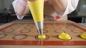 点心师烹调蛋白杏仁饼干 在钢板蜡纸硅树脂席子的倾吐的面团 股票视频