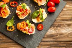 点心开胃菜用意大,胡椒切片,蕃茄a 库存照片