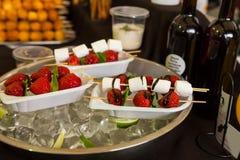 点心果子和冬葵在自助餐桌上的Kebabs 免版税库存照片