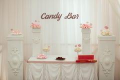 点心桌和棒棒糖 免版税库存图片