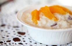 点心牛奶橙色布丁葡萄干米 库存图片