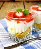 点心牛奶用在一杯的容量在船上和餐巾的草莓 免版税库存图片