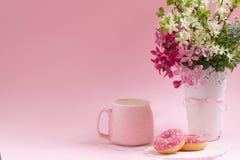 点心甜点 可口油炸圈饼和热奶咖啡 生活方式 库存照片