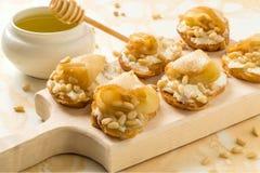 点心用乳清干酪乳酪、梨、坚果和蜂蜜 库存照片