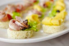 点心用乳酪、莴苣和黑橄榄 库存图片