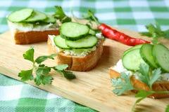 点心用乳酪和新鲜的黄瓜 图库摄影