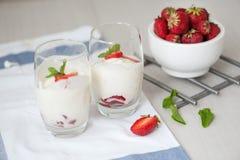 点心用在白色木背景的草莓 库存照片