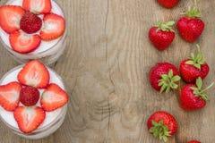 点心用奶油色和新鲜的草莓(能使用作为背景,卡片) 免版税库存图片