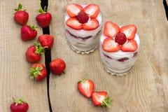 点心用奶油色和新鲜的草莓 库存照片