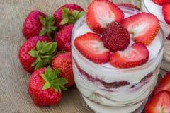 点心用奶油色和新鲜的草莓 免版税库存图片
