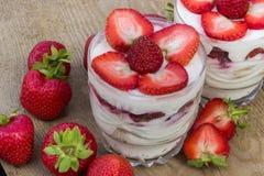 点心用奶油色和新鲜的草莓 免版税库存照片