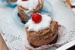 点心用巧克力沫丝淋和打好的奶油用樱桃在t 库存照片