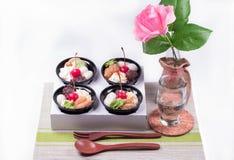 点心用红色莓果和绿茶奶油 免版税库存图片