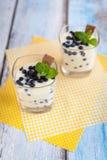 点心用自然酸奶、柠檬酱和蓝莓 库存照片