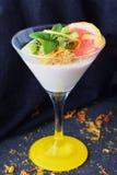 结冻点心用葡萄柚,在一块玻璃的猕猴桃在灰色抽象背景 健康的食物 免版税库存照片