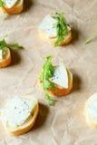 点心用青纹干酪和新鲜的火箭 免版税库存图片