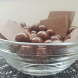 点心的一个一点巧克力碗 库存图片